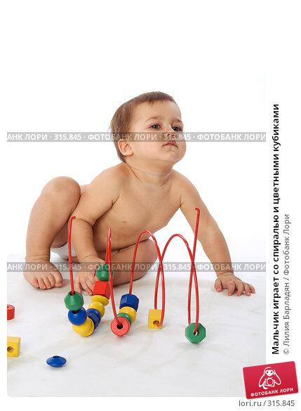 Мальчик играет со спиралью и цветными кубиками, фото № 315845, снято 12 февраля 2008 г. (c) Лилия Барладян / Фотобанк Лори