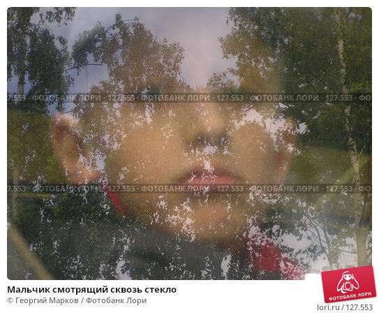 Мальчик смотрящий сквозь стекло, фото № 127553, снято 31 мая 2004 г. (c) Георгий Марков / Фотобанк Лори