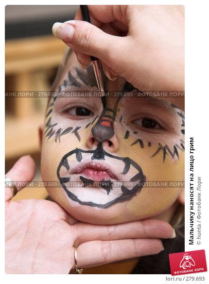 Мальчику наносят на лицо грим, фото № 279693, снято 1 января 2008 г. (c) hunta / Фотобанк Лори