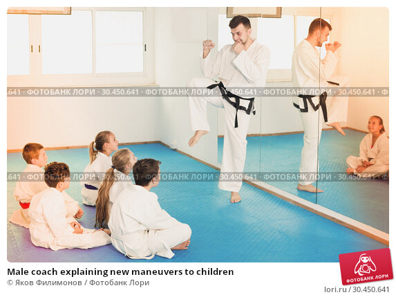 Male coach explaining new maneuvers to children. Стоковое фото, фотограф Яков Филимонов / Фотобанк Лори