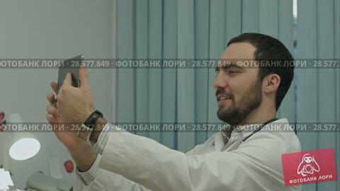 Купить «Male doctor taking selfie, smiling», видеоролик № 28577849, снято 24 ноября 2015 г. (c) Vasily Alexandrovich Gronskiy / Фотобанк Лори