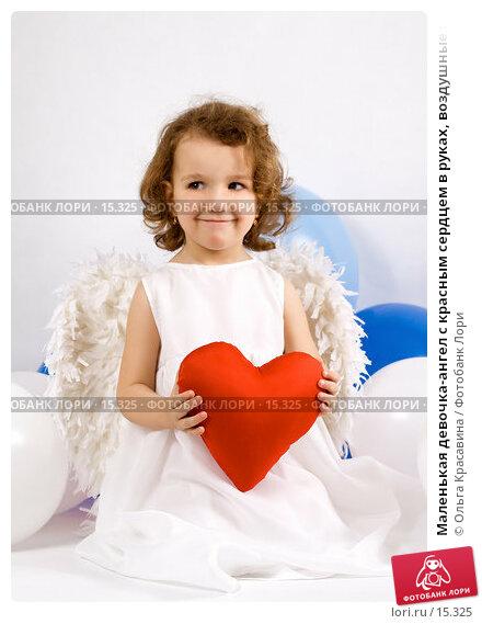 Маленькая девочка-ангел с красным сердцем в руках, воздушные шары вокруг, фото № 15325, снято 10 декабря 2006 г. (c) Ольга Красавина / Фотобанк Лори