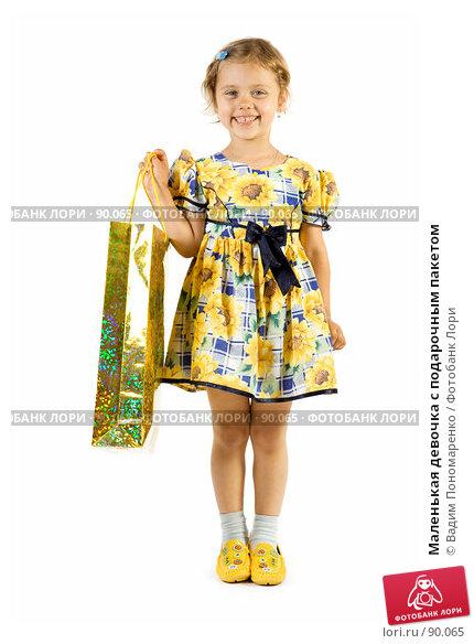 Маленькая девочка с подарочным пакетом, фото № 90065, снято 16 июля 2007 г. (c) Вадим Пономаренко / Фотобанк Лори