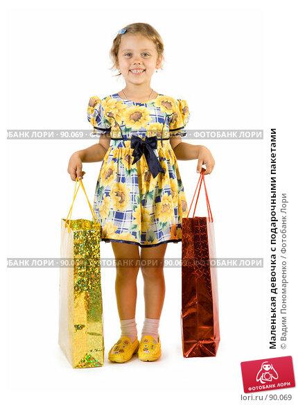 Маленькая девочка с подарочными пакетами, фото № 90069, снято 16 июля 2007 г. (c) Вадим Пономаренко / Фотобанк Лори