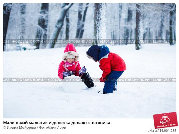 Купить «Маленький мальчик и девочка делают снеговика», фото № 14901285, снято 10 января 2015 г. (c) Ирина Мойсеева / Фотобанк Лори