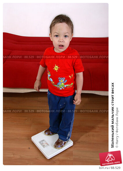 Маленький мальчик стоит весах, фото № 88529, снято 4 июня 2007 г. (c) Harry / Фотобанк Лори