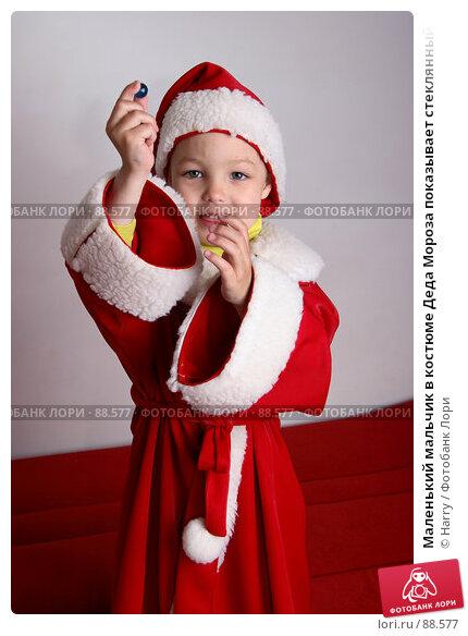 Маленький мальчик в костюме Деда Мороза показывает стеклянный шарик, фото № 88577, снято 4 июня 2007 г. (c) Harry / Фотобанк Лори