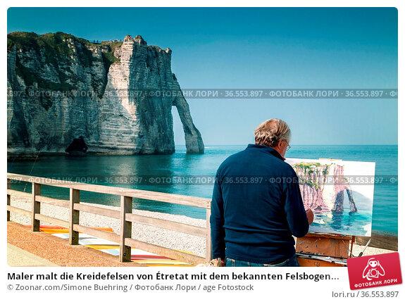 Maler malt die Kreidefelsen von Étretat mit dem bekannten Felsbogen... Стоковое фото, фотограф Zoonar.com/Simone Buehring / age Fotostock / Фотобанк Лори