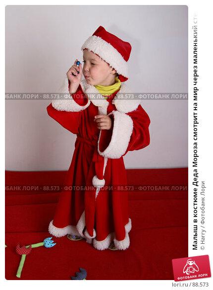Малыш в костюме Деда Мороза смотрит на мир через маленький стеклянный шарик, фото № 88573, снято 4 июня 2007 г. (c) Harry / Фотобанк Лори