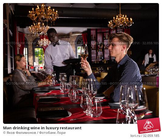 Man drinking wine in luxury restaurant. Стоковое фото, фотограф Яков Филимонов / Фотобанк Лори
