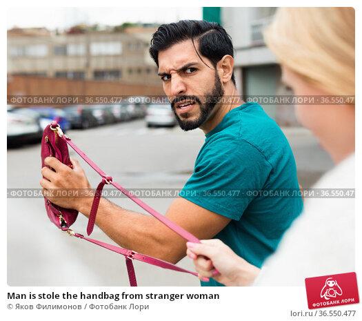 Man is stole the handbag from stranger woman. Стоковое фото, фотограф Яков Филимонов / Фотобанк Лори