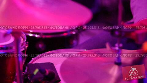 Купить «Man playing music on drums», видеоролик № 25795313, снято 16 марта 2016 г. (c) Алексей Макаров / Фотобанк Лори