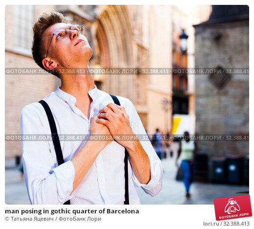 Купить «man posing in gothic quarter of Barcelona», фото № 32388413, снято 27 июня 2018 г. (c) Татьяна Яцевич / Фотобанк Лори