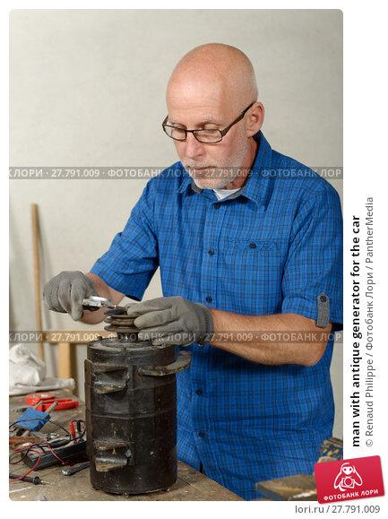 Купить «man with antique generator for the car», фото № 27791009, снято 22 февраля 2018 г. (c) PantherMedia / Фотобанк Лори