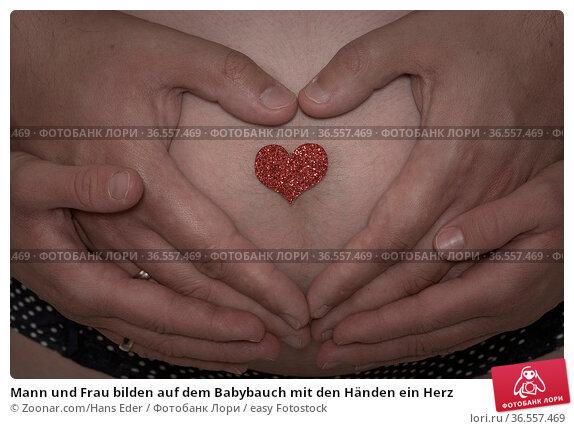 Mann und Frau bilden auf dem Babybauch mit den Händen ein Herz. Стоковое фото, фотограф Zoonar.com/Hans Eder / easy Fotostock / Фотобанк Лори
