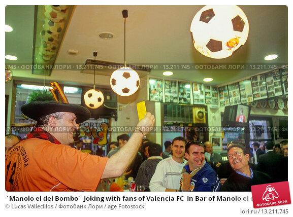 Купить «`Manolo el del Bombo´ Joking with fans of Valencia FC  In Bar of Manolo el del Bombo  5, Valencia FC square In front of Valencia stadium  Valencia,spain», фото № 13211745, снято 25 февраля 2020 г. (c) age Fotostock / Фотобанк Лори
