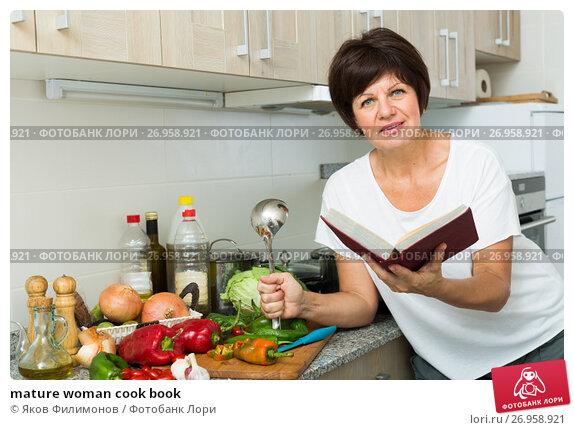 Купить «mature woman cook book», фото № 26958921, снято 18 апреля 2019 г. (c) Яков Филимонов / Фотобанк Лори