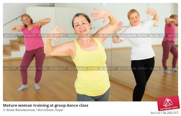 Mature woman training at group dance class. Стоковое фото, фотограф Яков Филимонов / Фотобанк Лори