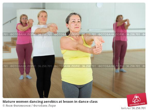Mature women dancing aerobics at lesson in dance class. Стоковое фото, фотограф Яков Филимонов / Фотобанк Лори
