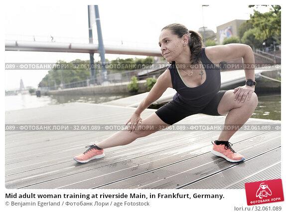 Mid adult woman training at riverside Main, in Frankfurt, Germany. Стоковое фото, фотограф Benjamin Egerland / age Fotostock / Фотобанк Лори