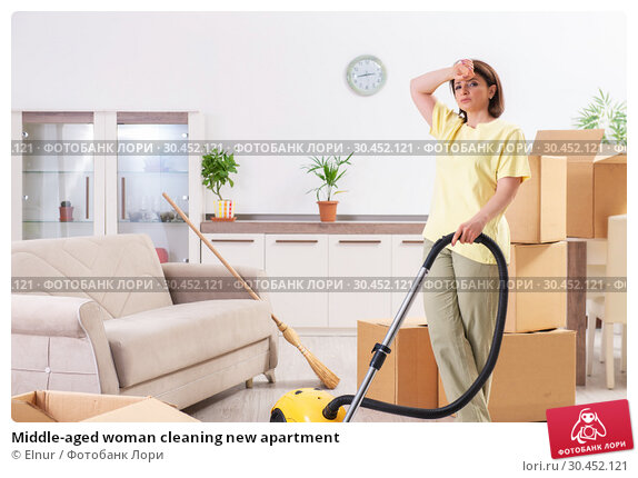 Middle-aged woman cleaning new apartment. Стоковое фото, фотограф Elnur / Фотобанк Лори