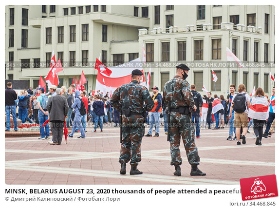 MINSK, BELARUS AUGUST 23, 2020 thousands of people attended a peaceful protest march at Independence square for constitutional change of power. Police in front. Стоковое фото, фотограф Дмитрий Калиновский / Фотобанк Лори
