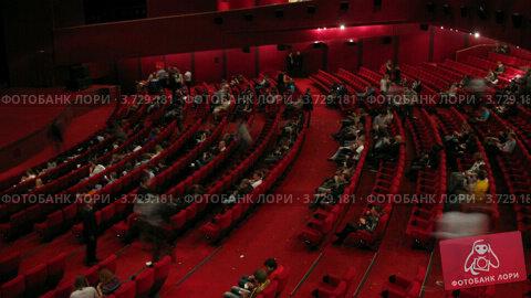 Купить «Много людей в кинозале», видеоролик № 3729181, снято 18 декабря 2010 г. (c) Losevsky Pavel / Фотобанк Лори