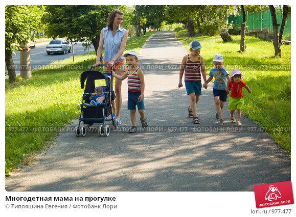 Купить «Многодетная мама на прогулке», фото № 977477, снято 21 января 2019 г. (c) Типляшина Евгения / Фотобанк Лори