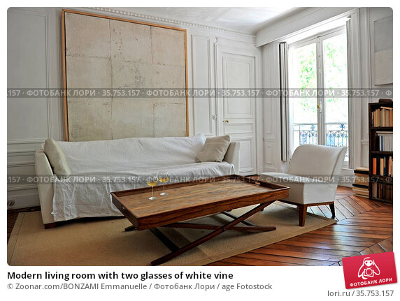 Modern living room with two glasses of white vine. Стоковое фото, фотограф Zoonar.com/BONZAMI Emmanuelle / age Fotostock / Фотобанк Лори