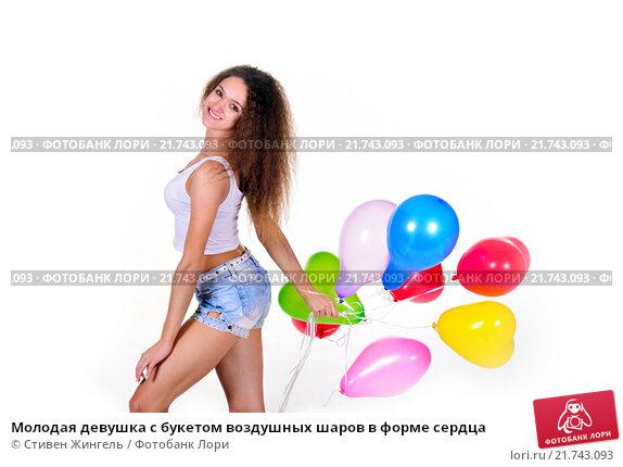 Купить «Молодая девушка с букетом воздушных шаров в форме сердца», фото № 21743093, снято 6 февраля 2016 г. (c) Стивен Жингель / Фотобанк Лори