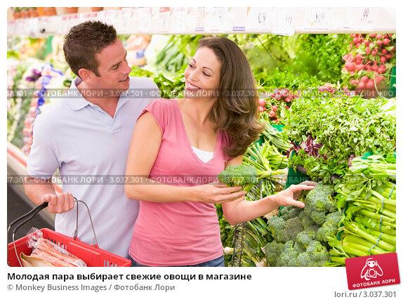 Купить «Молодая пара выбирает свежие овощи в магазине», фото № 3037301, снято 29 июня 2007 г. (c) Monkey Business Images / Фотобанк Лори