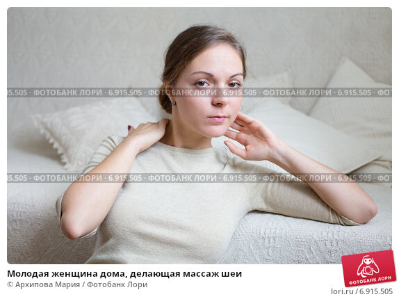 Купить «Молодая женщина дома, делающая массаж шеи», фото № 6915505, снято 2 сентября 2014 г. (c) Архипова Мария / Фотобанк Лори