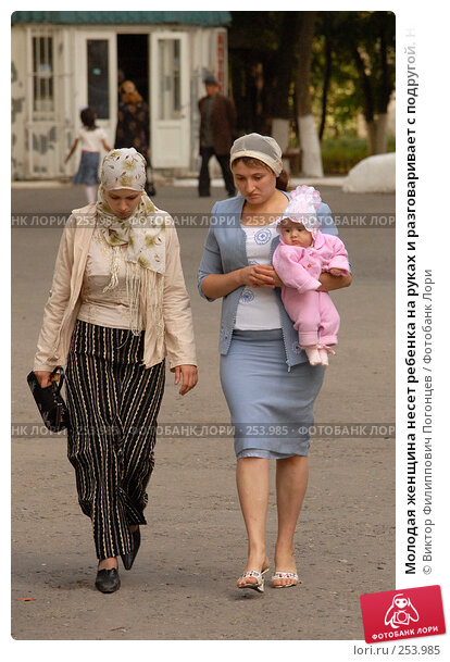 Молодая женщина несет ребенка на руках и разговаривает с подругой. Назрань, Ингушетия., фото № 253985, снято 27 сентября 2006 г. (c) Виктор Филиппович Погонцев / Фотобанк Лори