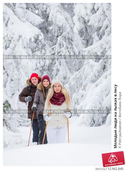 Молодые люди на лыжах в лесу. Стоковое фото, фотограф Petri Jauhiainen / Фотобанк Лори