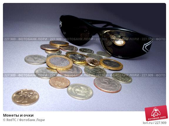Монеты и очки, фото № 227909, снято 20 марта 2008 г. (c) RedTC / Фотобанк Лори