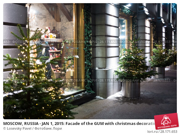 Купить «MOSCOW, RUSSIA - JAN 1, 2015: Facade of the GUM with christmas decoration and garlands on the fir», фото № 28171653, снято 1 января 2015 г. (c) Losevsky Pavel / Фотобанк Лори
