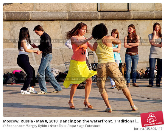 Moscow, Russia - May 8, 2010: Dancing on the waterfront. Traditional... Стоковое фото, фотограф Zoonar.com/Sergey Rybin / age Fotostock / Фотобанк Лори