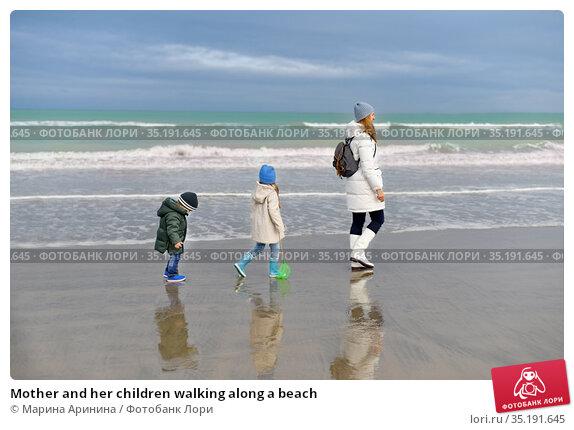 Mother and her children walking along a beach. Стоковое фото, фотограф Ирина Аринина / Фотобанк Лори