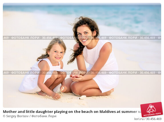 Mother and little daughter playing on the beach on Maldives at summer vacation. Стоковое фото, фотограф Sergey Borisov / Фотобанк Лори