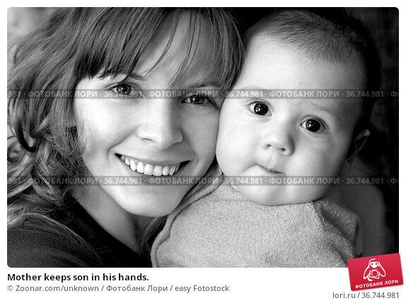 Mother keeps son in his hands. Стоковое фото, фотограф Zoonar.com/unknown / easy Fotostock / Фотобанк Лори