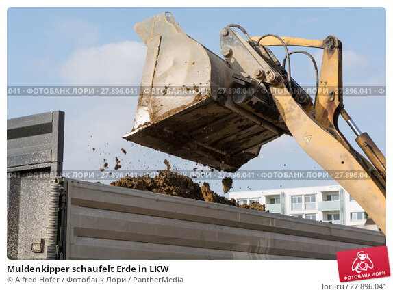 Купить «Muldenkipper schaufelt Erde in LKW», фото № 27896041, снято 18 февраля 2019 г. (c) PantherMedia / Фотобанк Лори