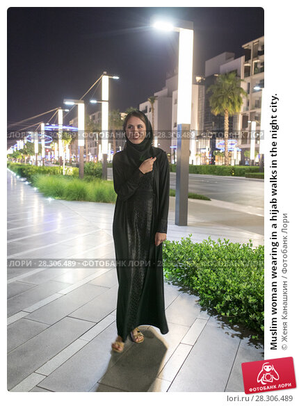 Купить «Muslim woman wearing in a hijab walks in the night city.», фото № 28306489, снято 25 марта 2018 г. (c) Женя Канашкин / Фотобанк Лори