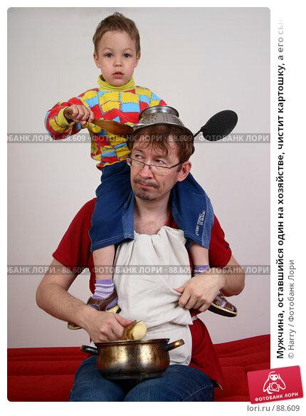 Купить «Мужчина, оставшийся один на хозяйстве, чистит картошку, а его сын балуется у него на плечах», фото № 88609, снято 4 июня 2007 г. (c) Harry / Фотобанк Лори