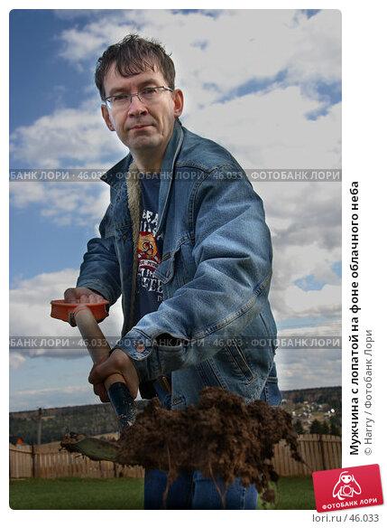 Мужчина с лопатой на фоне облачного неба, фото № 46033, снято 13 июня 2005 г. (c) Harry / Фотобанк Лори