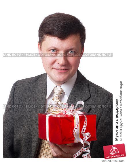 Мужчина с подарком, фото № 189605, снято 30 января 2008 г. (c) Майя Крученкова / Фотобанк Лори
