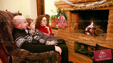 Купить «Мужчина с женщиной и с сыном сидят около камина», видеоролик № 3738569, снято 27 мая 2011 г. (c) Losevsky Pavel / Фотобанк Лори