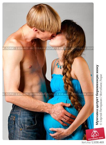 беременной девушкой целуется парень видео