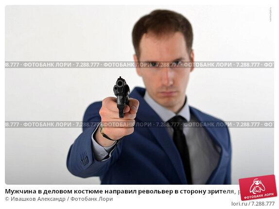 Купить «Мужчина в деловом костюме направил револьвер в сторону зрителя, револьвер в фокусе», фото № 7288777, снято 31 марта 2020 г. (c) Ивашков Александр / Фотобанк Лори