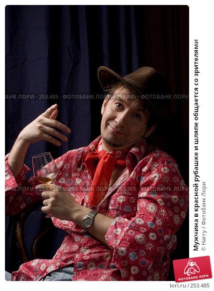 Мужчина в красной рубашке и шляпе общается со зрителями, фото № 253485, снято 22 марта 2008 г. (c) Harry / Фотобанк Лори