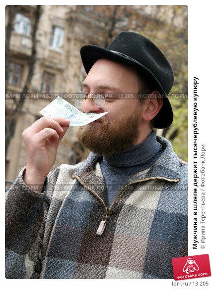 Мужчина в шляпе держит тысячерублевую купюру, эксклюзивное фото № 13205, снято 22 октября 2006 г. (c) Ирина Терентьева / Фотобанк Лори